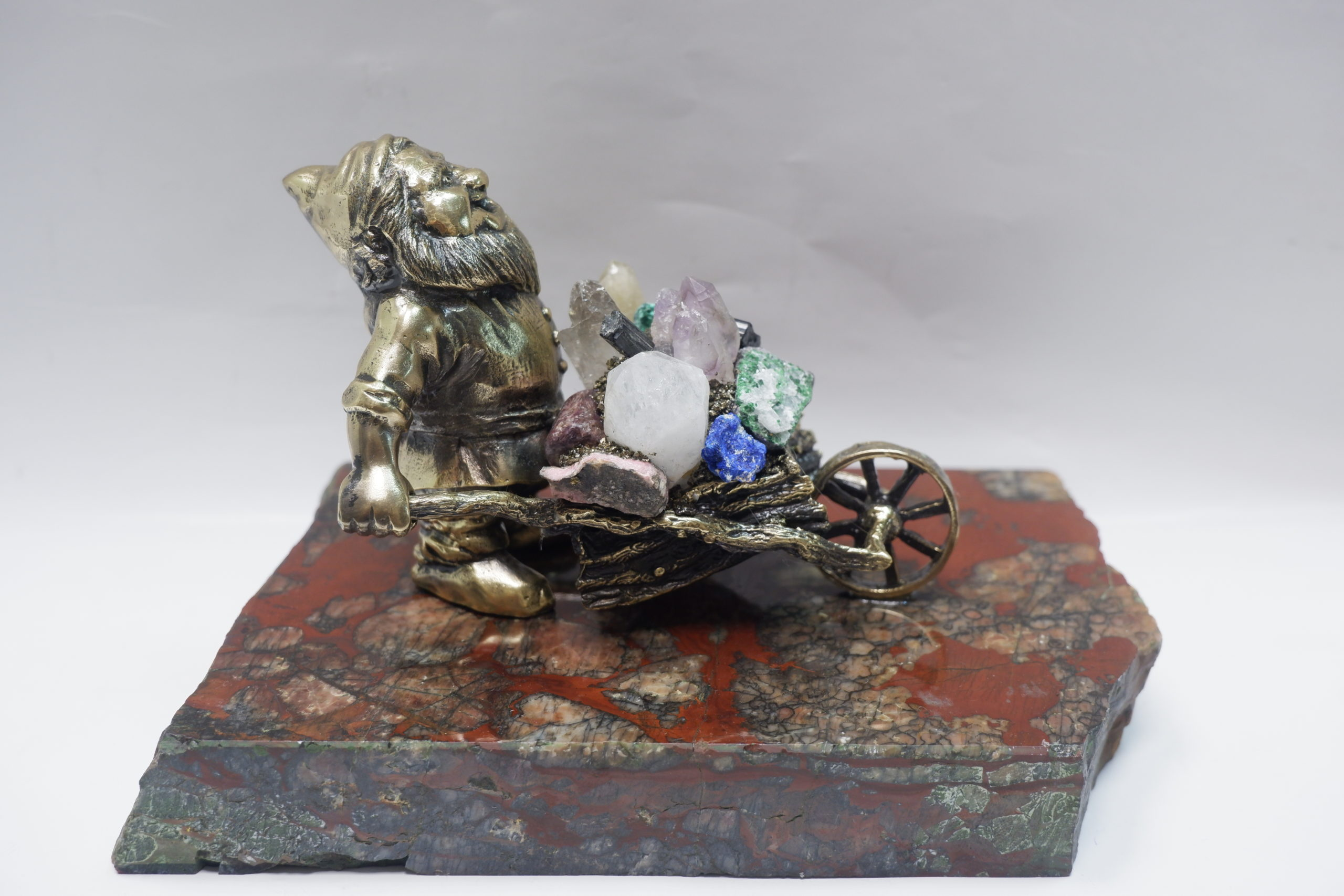 Мужичок с тележкой из бронзы на яшме