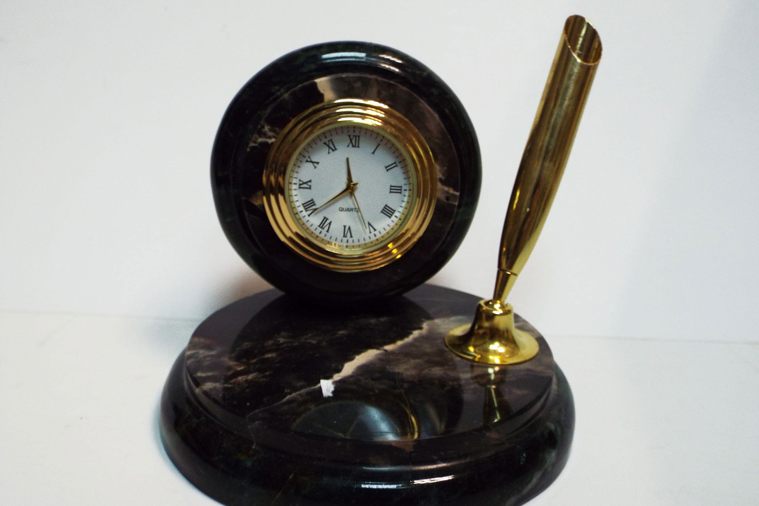 Часы с ручкой из яшмы и змеевика