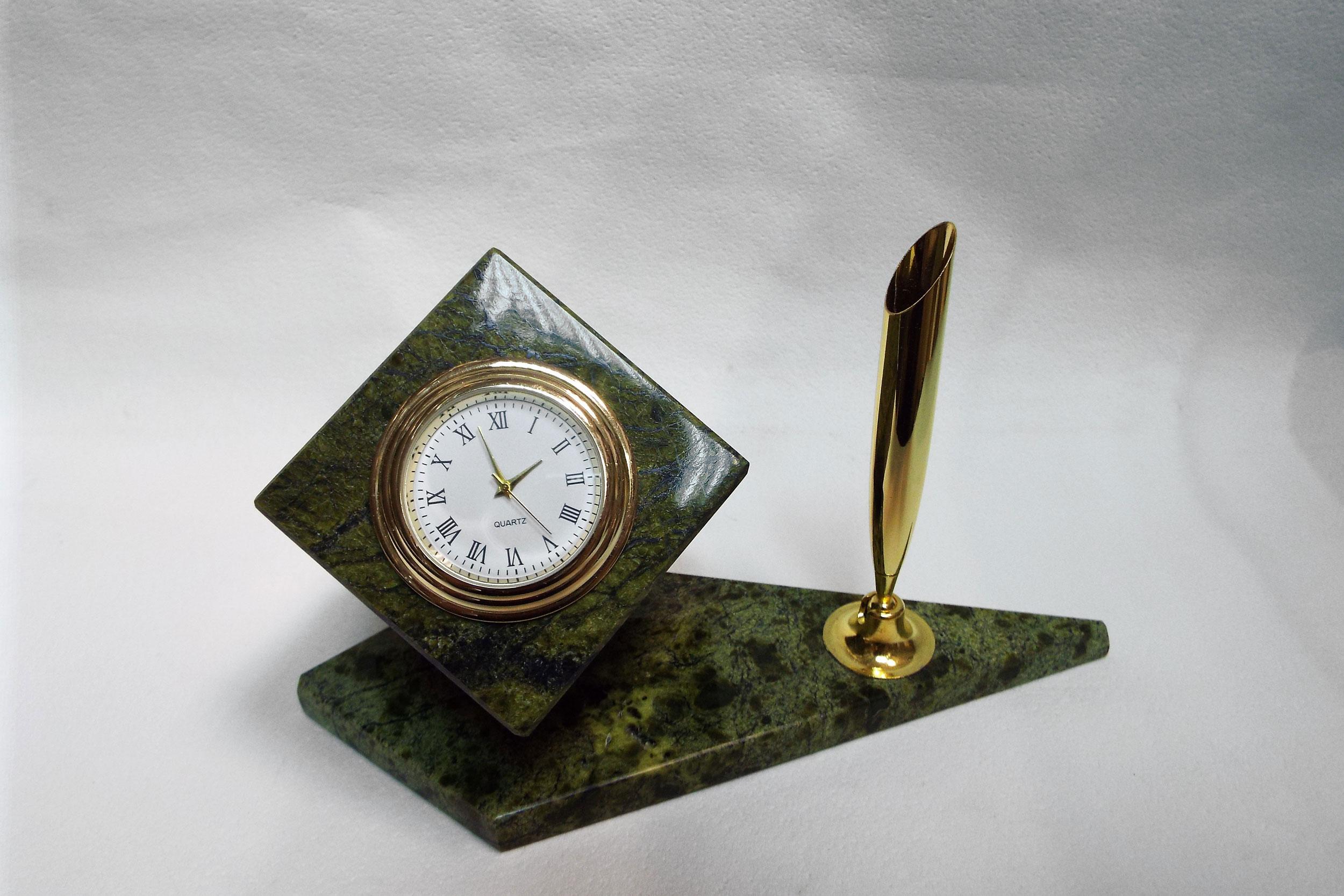 Письменный прибор с часами в кубе из змеевика