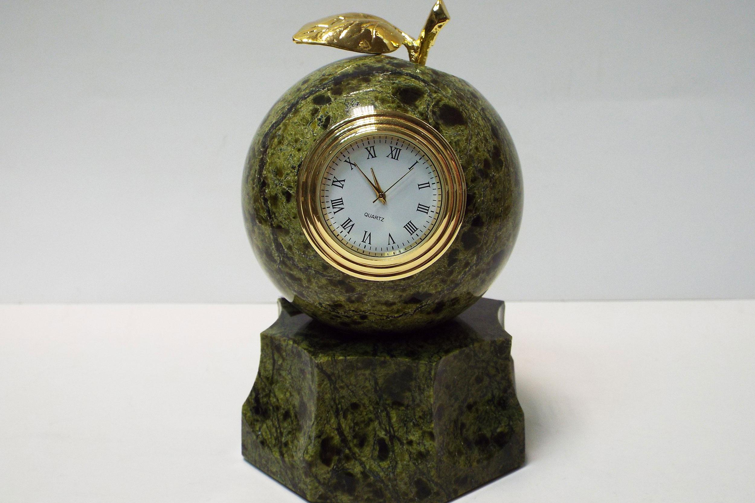 """Часы """"Яблоко"""" на подставке из змеевика"""