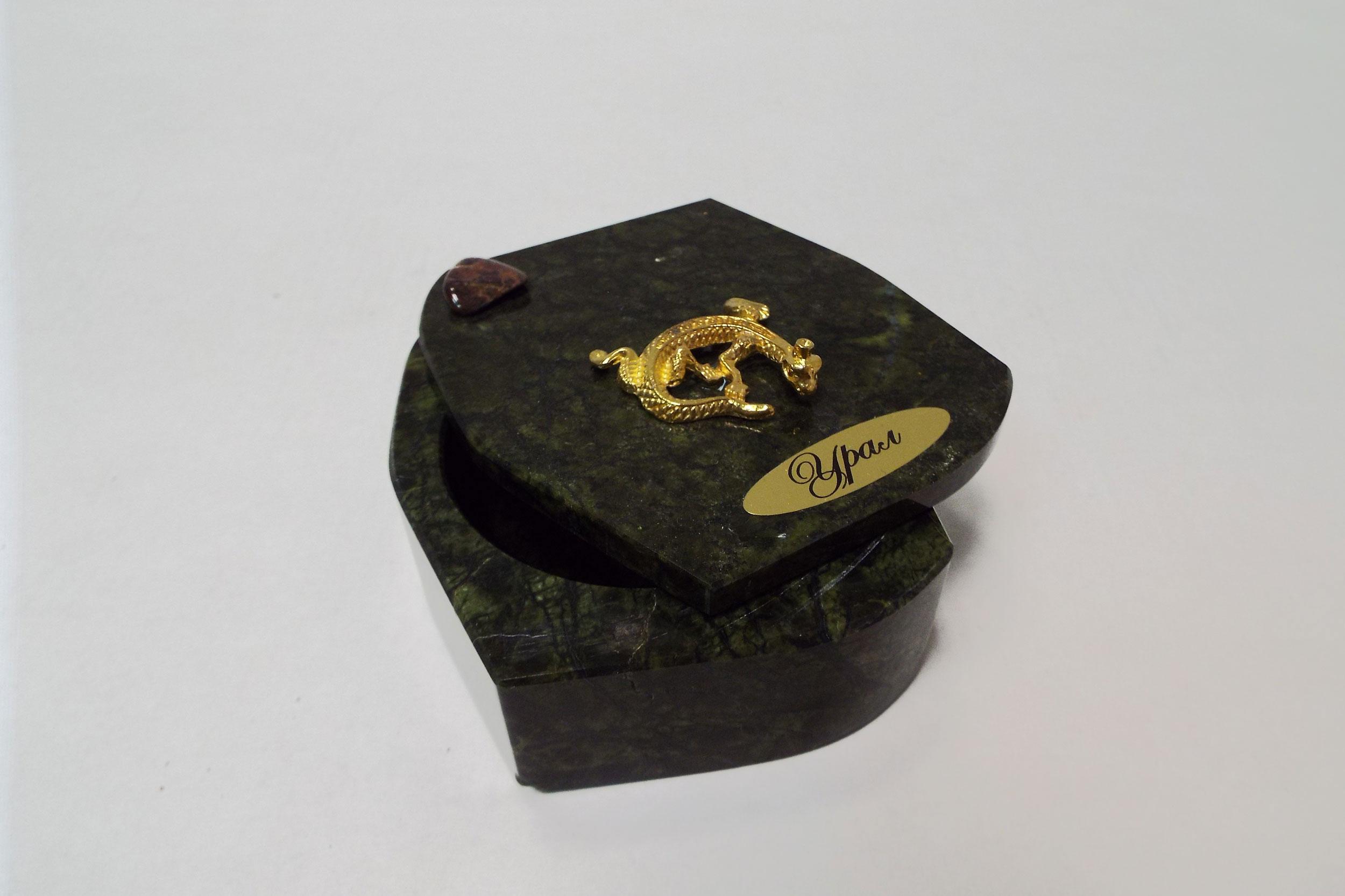 Шкатулка из змеевика с крышкой на штырьке