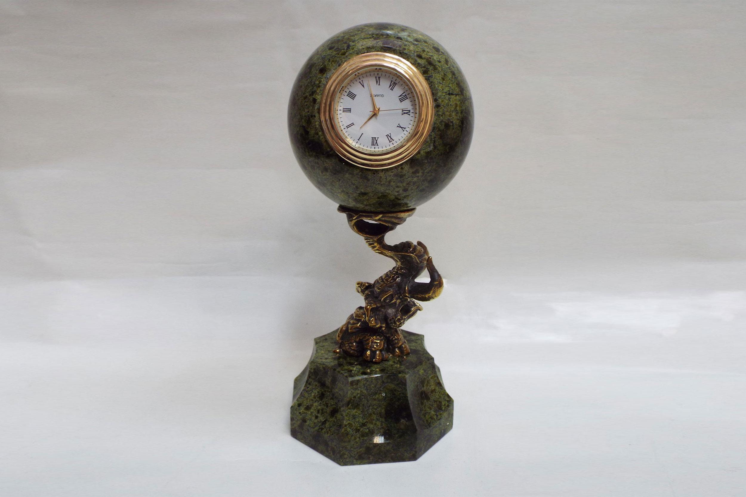 Часы из змеевика с бронзой