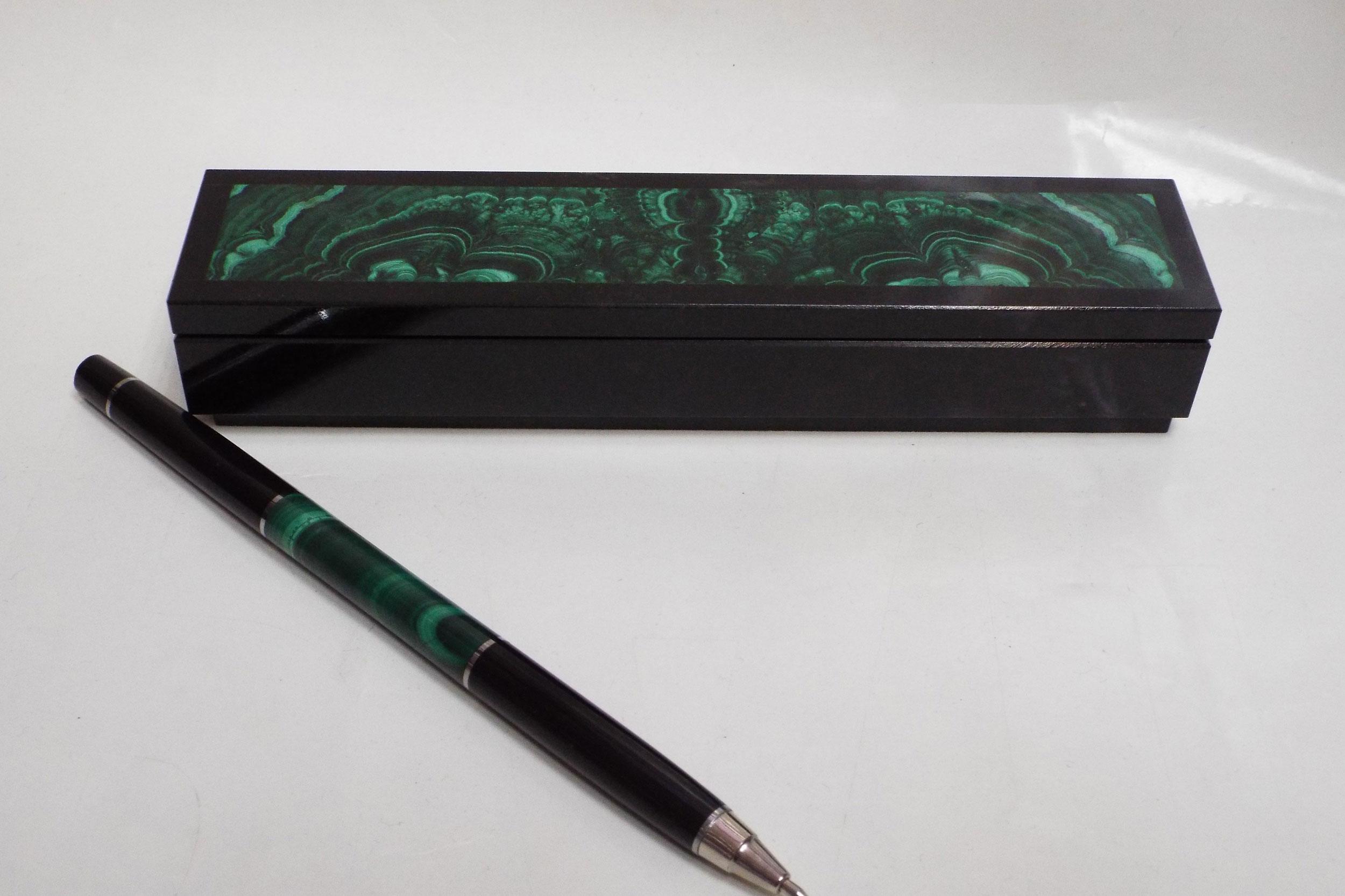 Шкатулка под ручку и ручка из малахита и долерита
