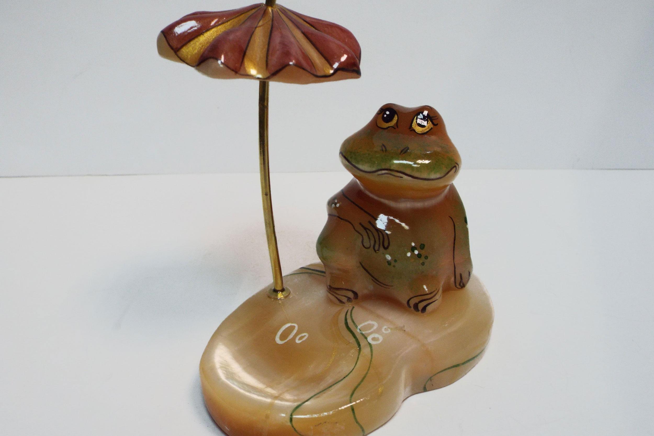 Лягушка под зонтиком из селенита