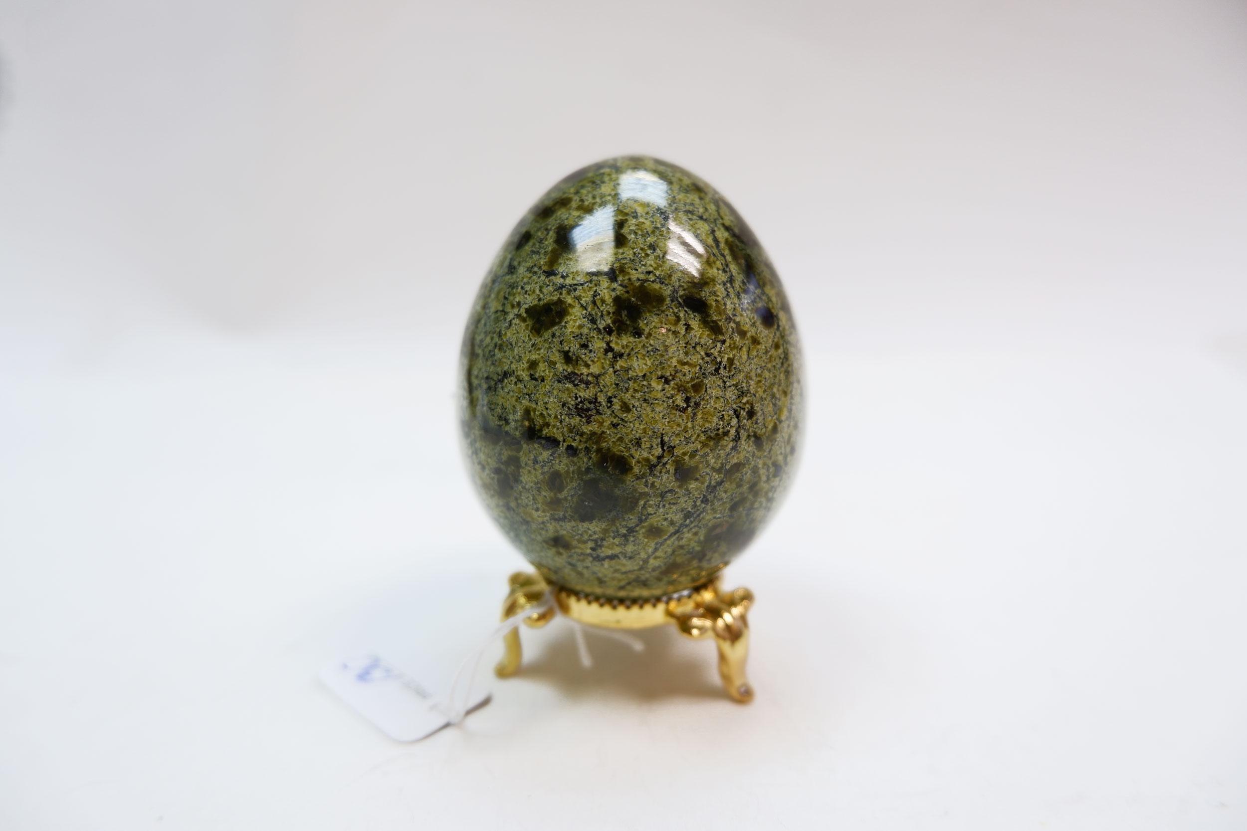 Яйцо и подставка из змеевика