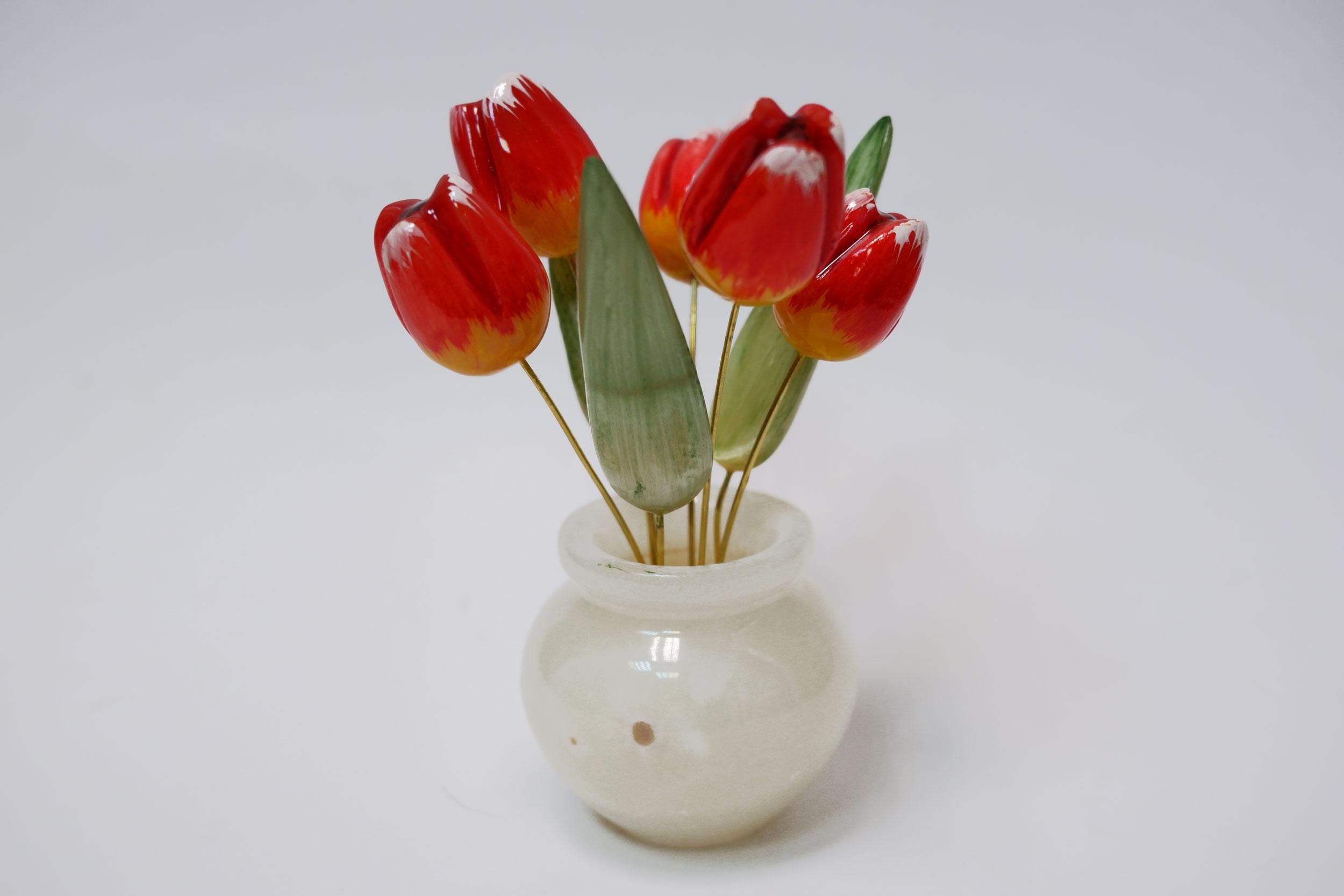 Тюльпаны из селенита в вазе из оникса