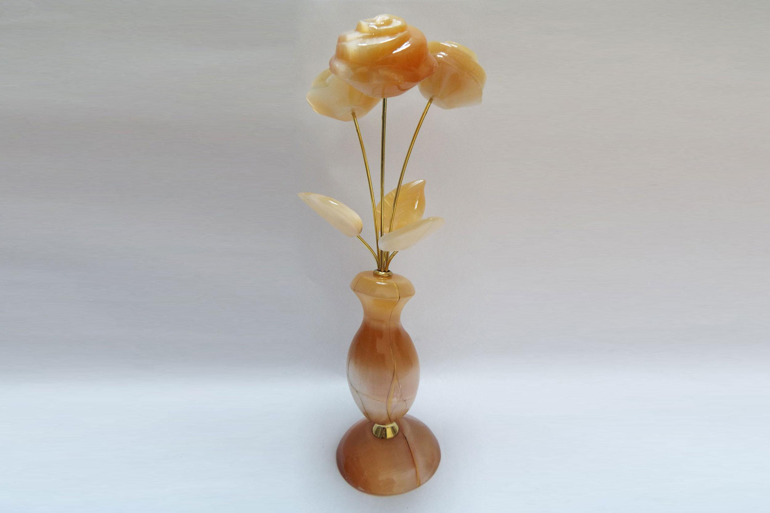 Розы в вазе из селенита