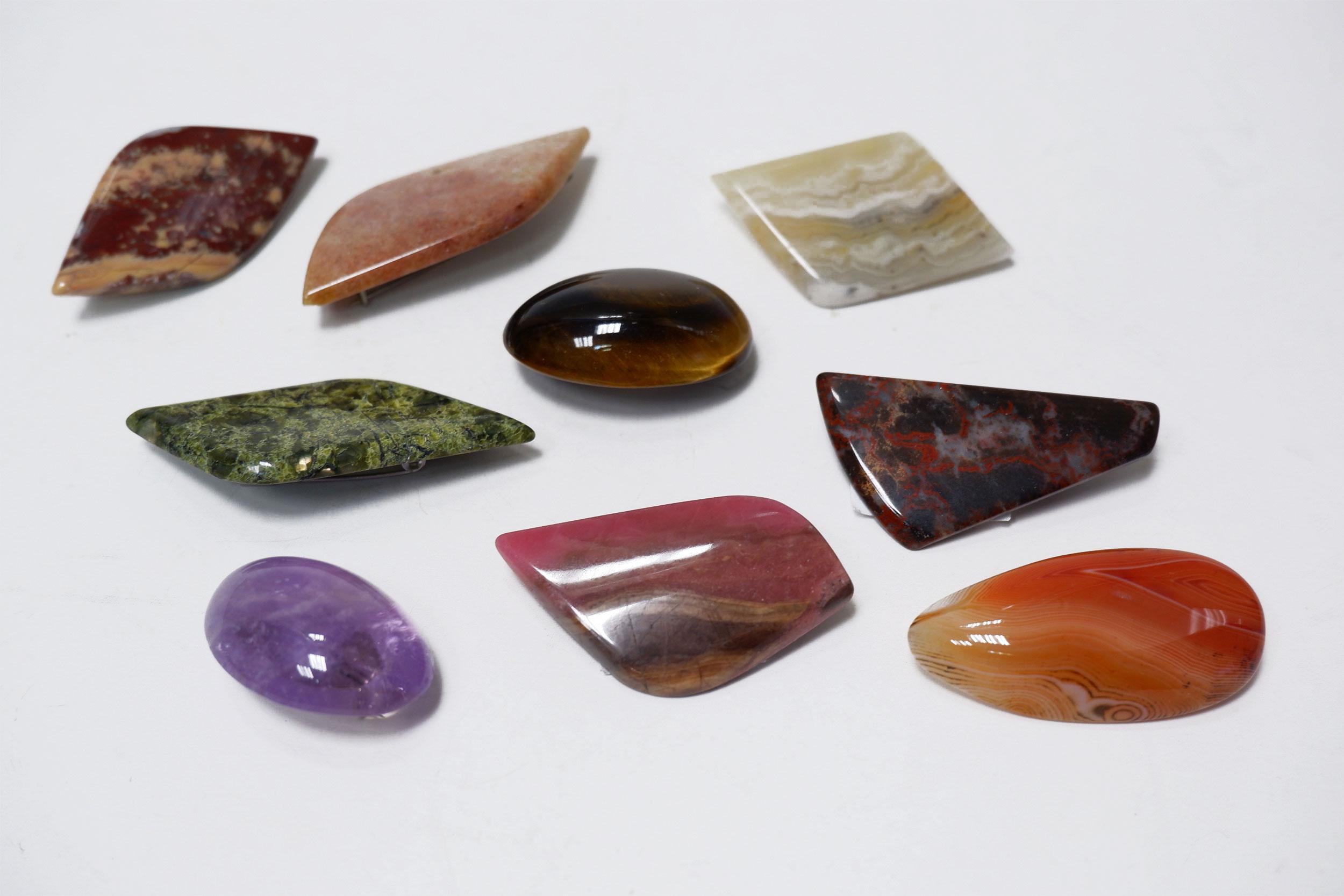 Броши из различных камней