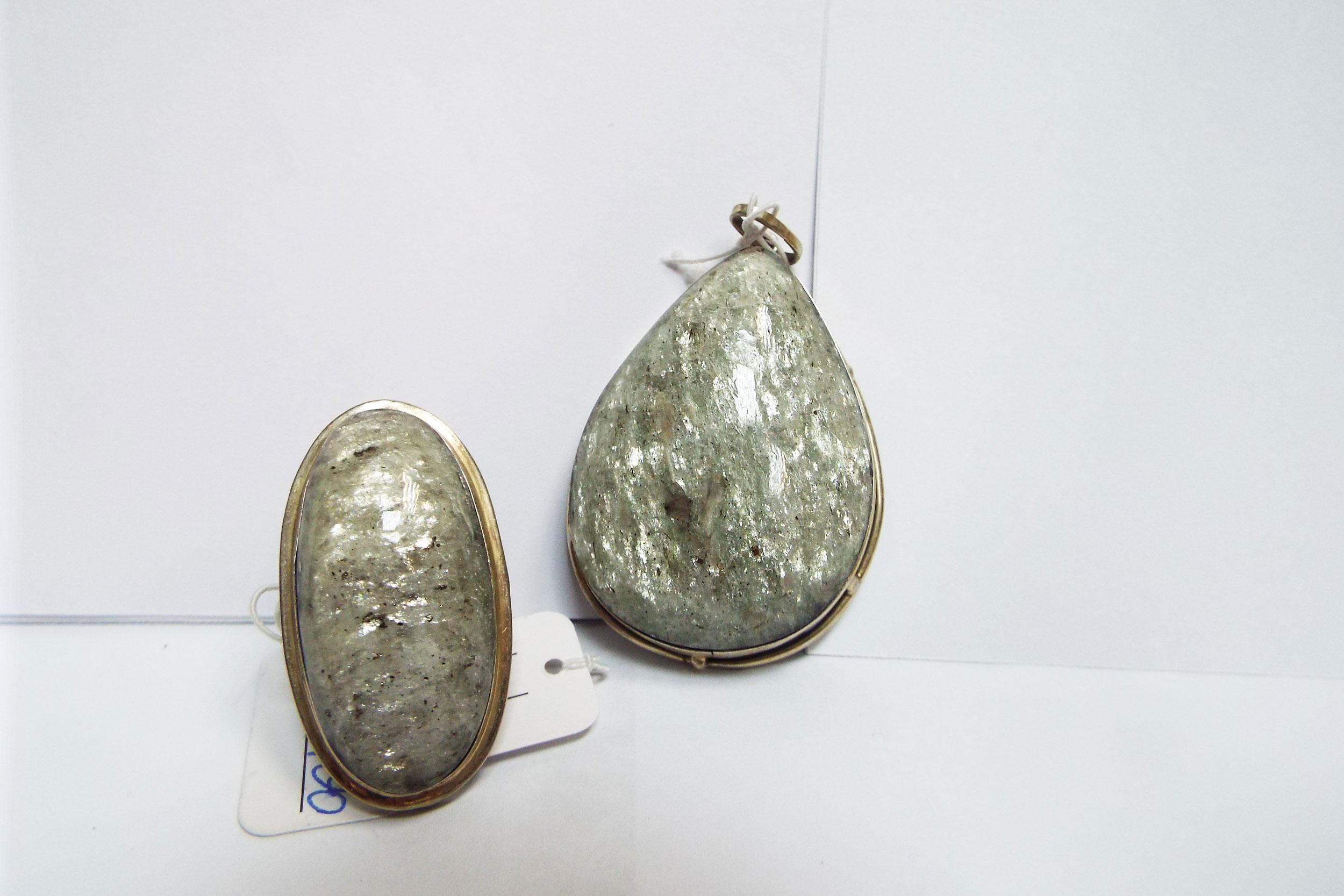 Подвеска и кольцо из мусковита