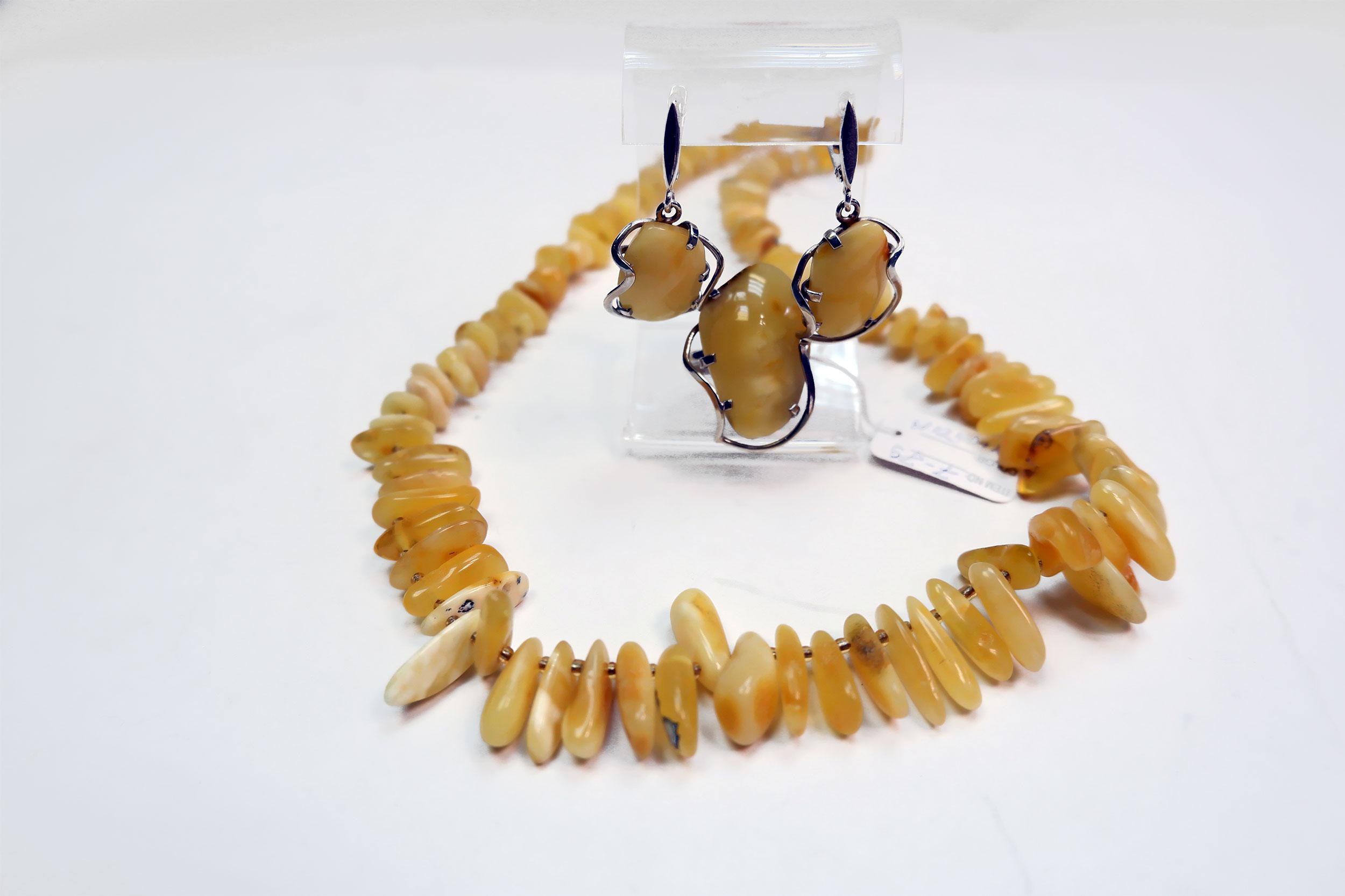 Гарнитур и бусы из янтаря