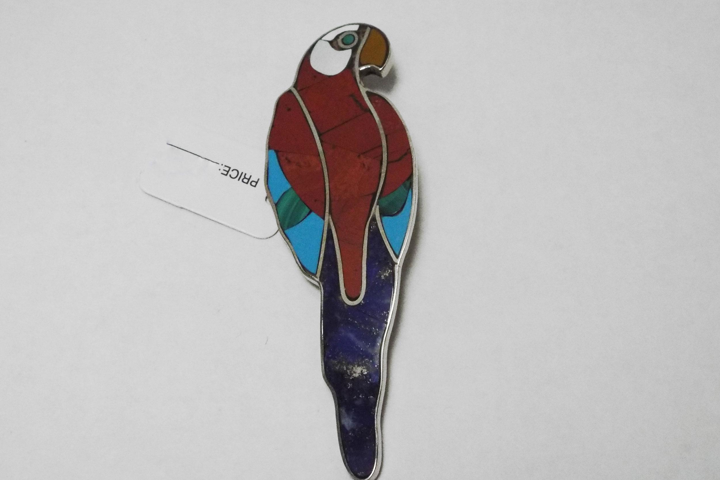 Брошь-попугай из яшмы, лазурита, бирюзы и малахита