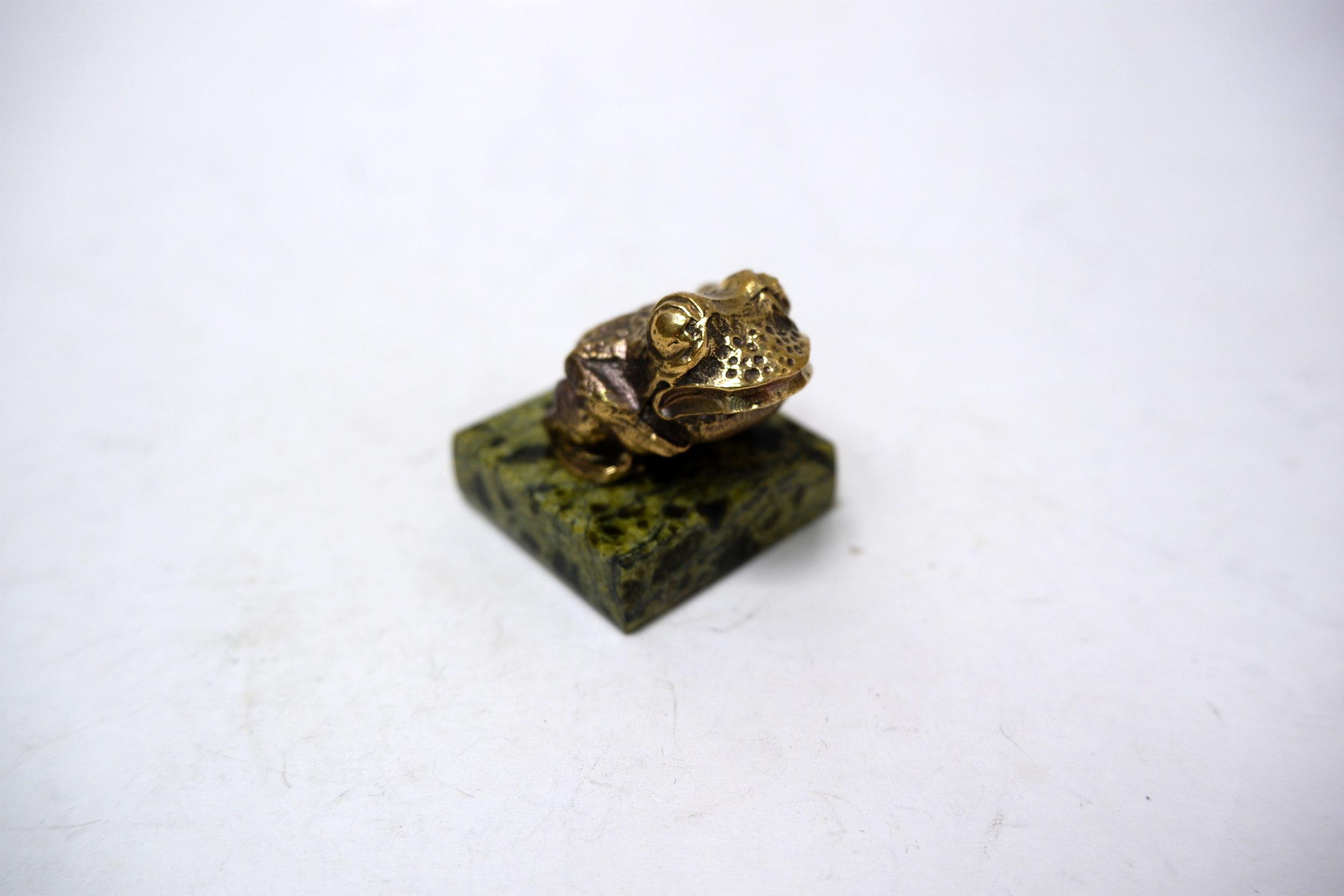 Лягушка из бронзы на змеевике
