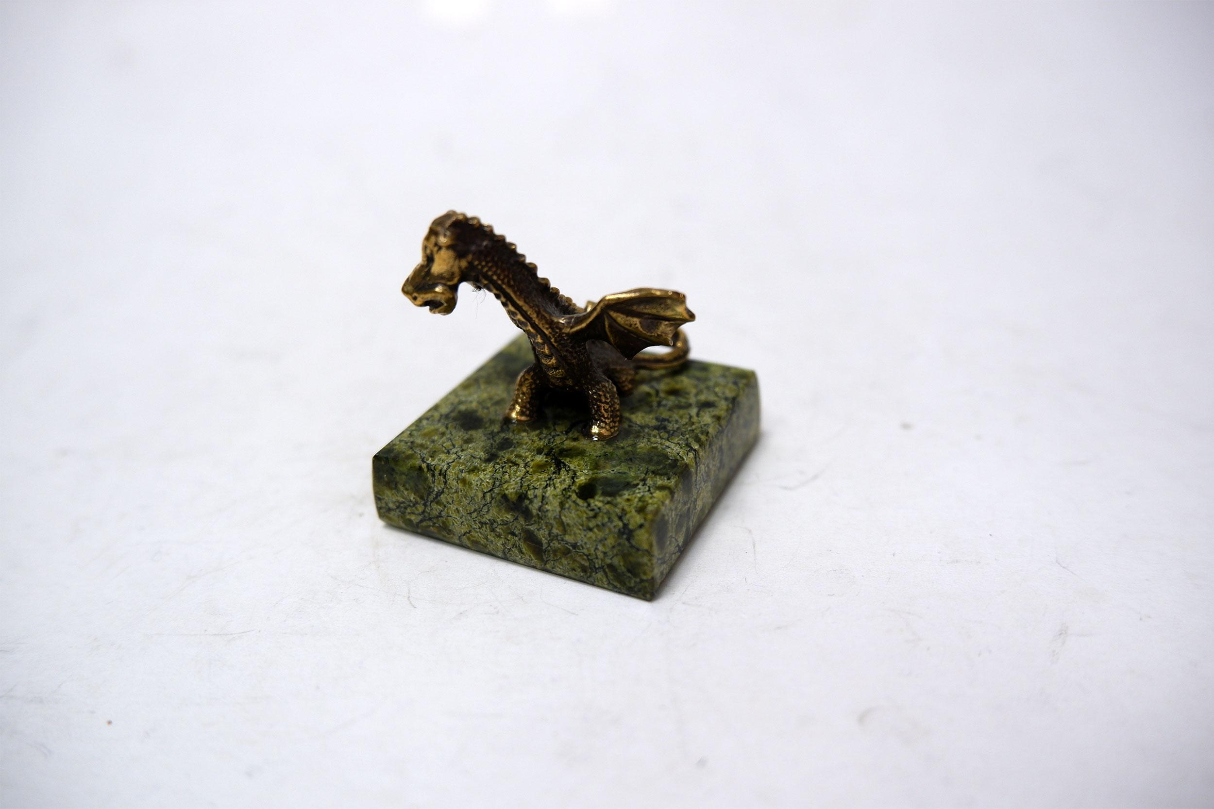 Дракон из бронзы на змеевике