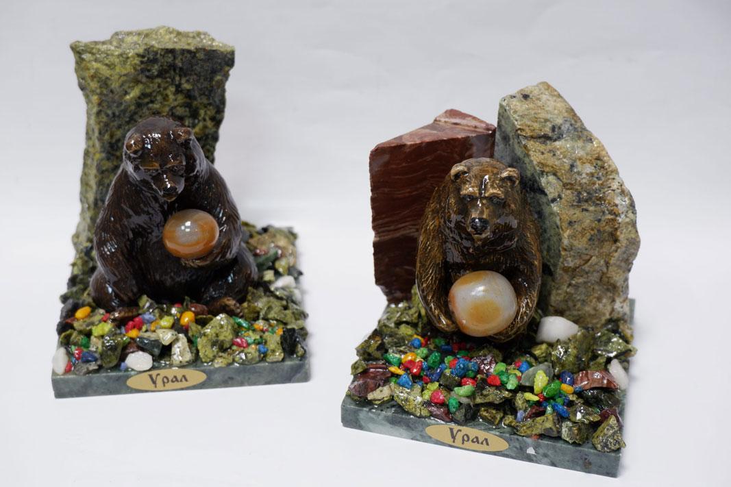 Сувениры  медведь с камнем на змеевике