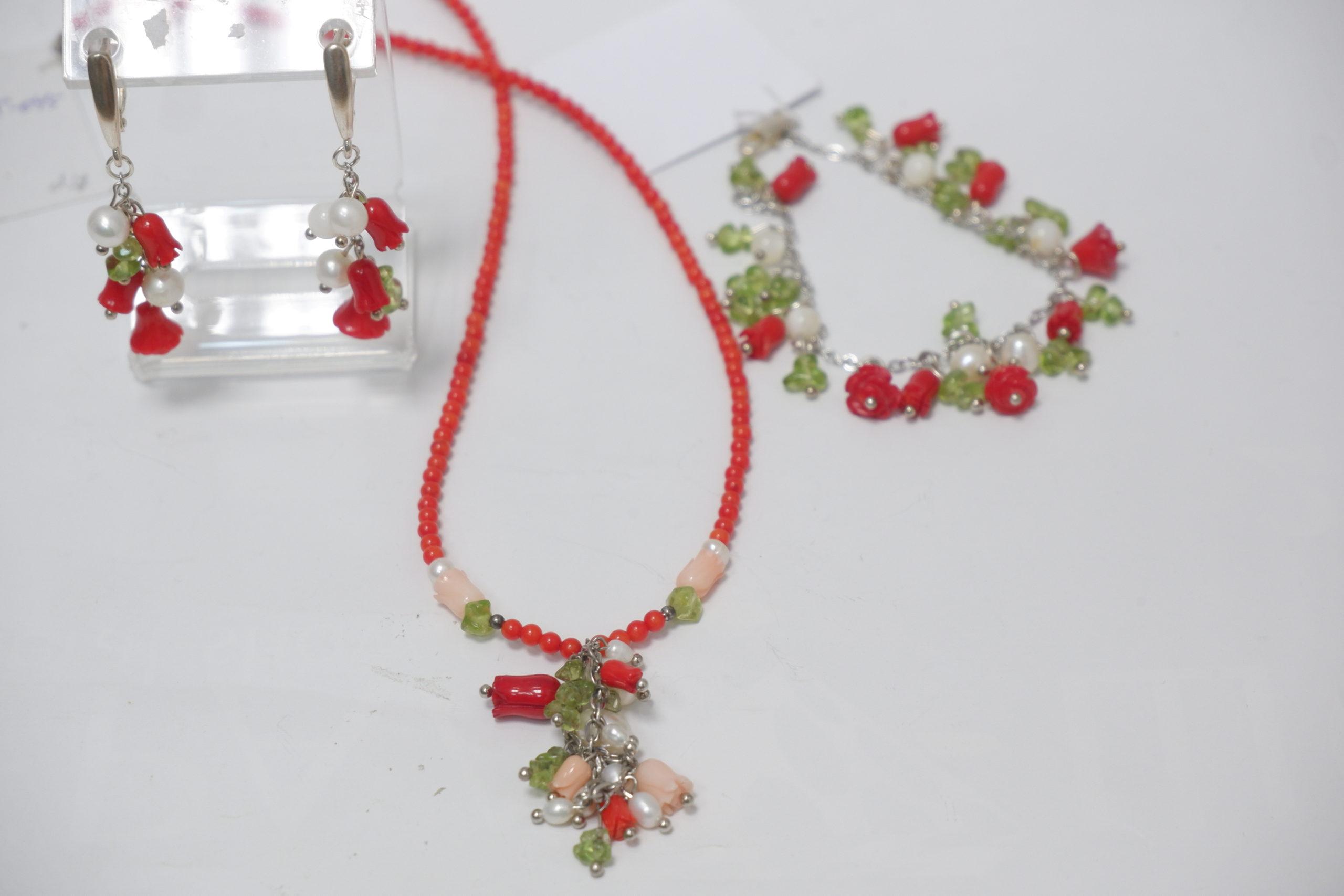 Бусы ,серьги и браслет из коралла ,жемчуга и хризолита