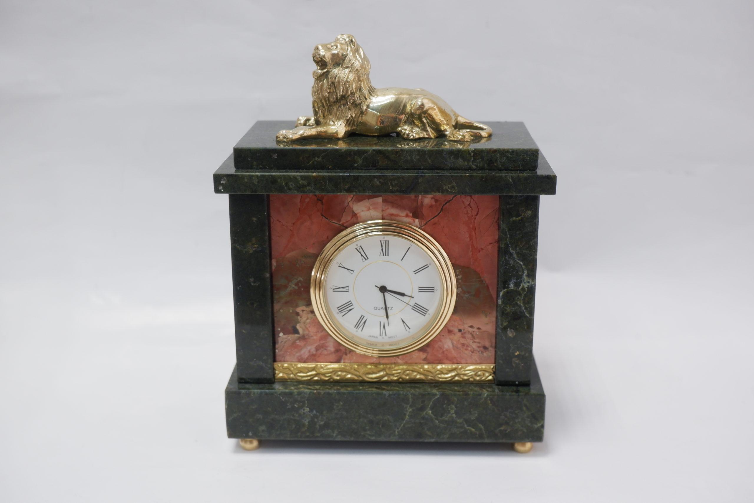 Часы со львом из змеевика и яшмы
