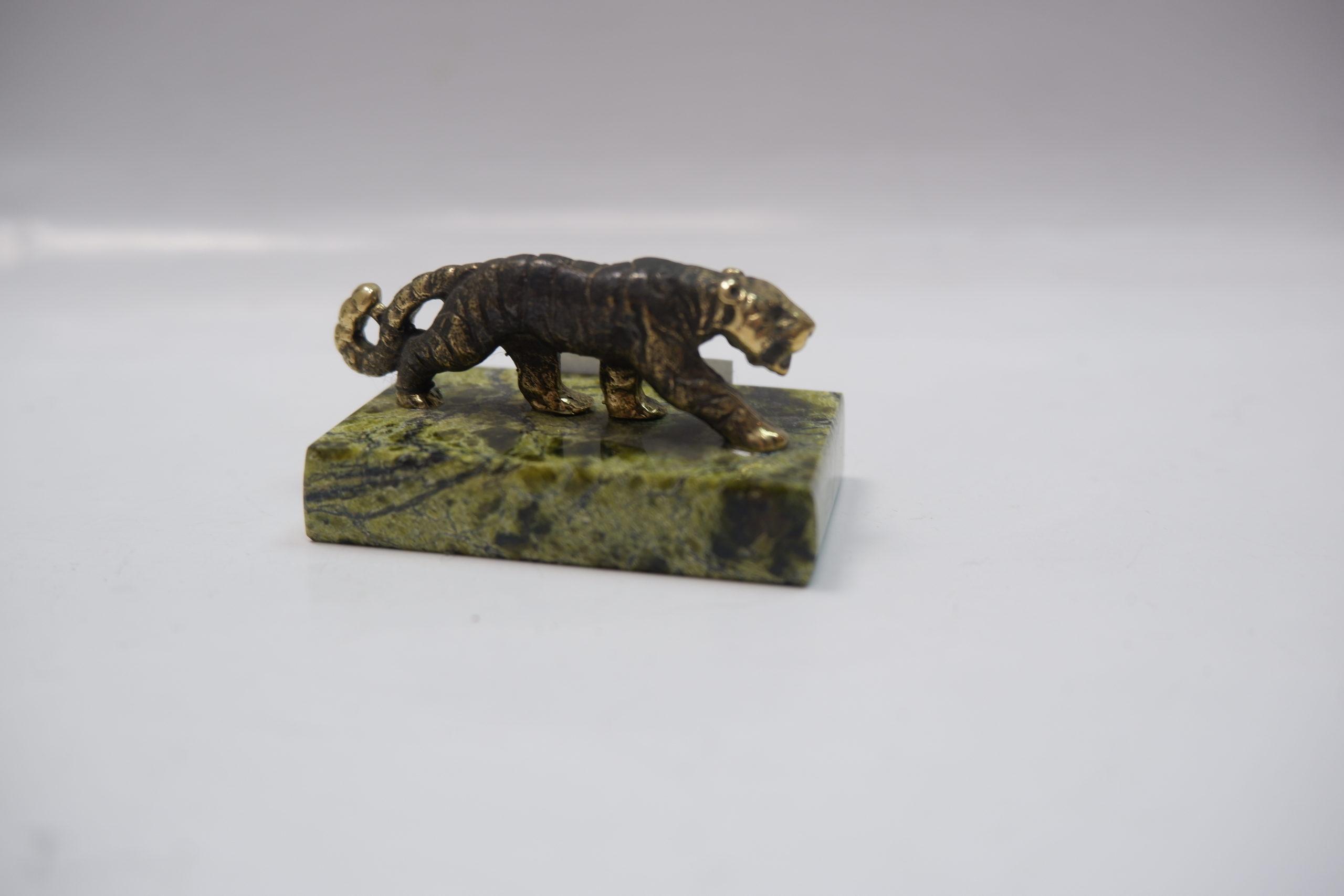 Тигр из литья бронзы на змеевике