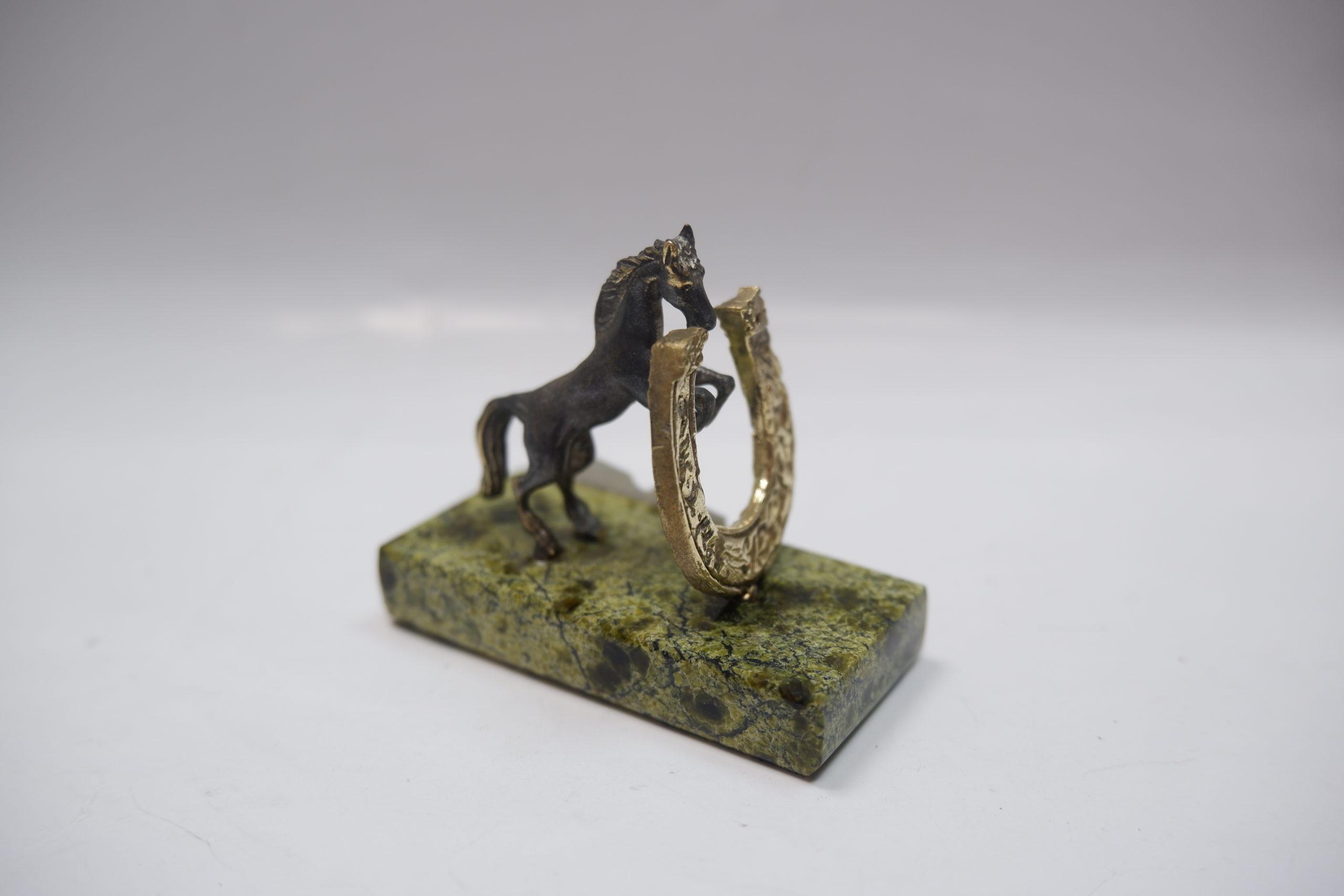 Лошадь с подковой из бронзы на змеевике