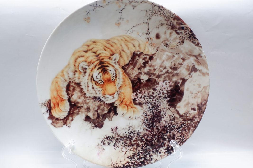 Сувенирная тарелка с тигром